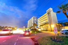 博察RATON, FL - 2018年4月10日:博察Raton街道在晚上 Th 免版税库存照片