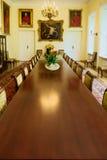 博尔奇宫殿的内部-有长的葡萄酒会议桌的历史的王位大厅 华沙,波兰 免版税图库摄影