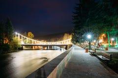 博尔若米, Samtskhe-Javakheti,乔治亚 秀丽桥梁夜视图在穿过城市的库那河的 免版税图库摄影