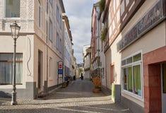 博帕尔德,德国- 2016年11月06日:两位未认出的尼姑沿光被充斥的狭窄的胡同走 免版税图库摄影