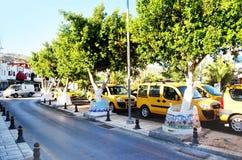 博德鲁姆,土耳其2014年 有绿色树和黄色出租汽车的街道 免版税库存图片