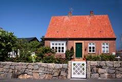 博恩霍尔姆的田园诗家庭房子 免版税库存图片