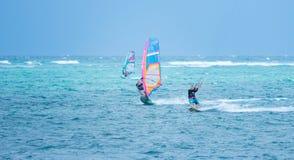 博拉凯海岛,菲律宾- 1月25 :享受在Bulabog海滩的风帆冲浪者和kiteboarder风力 库存图片