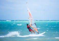 博拉凯海岛,菲律宾- 2月08 :享受在Bulabog海滩的风帆冲浪者风力 免版税图库摄影