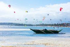 博拉凯海岛,菲律宾- 2月01 :享受在Bulabog海滩的kitesurfers风力 免版税库存图片