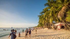 博拉凯,菲律宾- 2018年1月5日:晴朗的海滩的度假者博拉凯海岛  菲律宾异乎寻常 免版税图库摄影