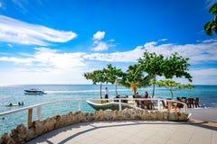 博拉凯,菲律宾- 2017年11月18日:西部小海湾手段周围的热带海,是著名地标在的博拉凯海岛 免版税库存图片