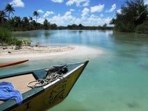 博拉博拉岛的海岛盐水湖有小船的 免版税库存照片