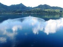 博拉博拉岛的海岛盐水湖有小船的 免版税库存图片
