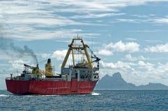 去博拉博拉岛的货船 库存照片