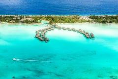 博拉博拉岛overwater平房 免版税库存照片