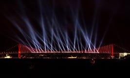 博斯普鲁斯海峡伊斯坦布尔激光显示 库存照片