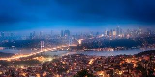博斯普鲁斯海峡桥梁夜伊斯坦布尔鸟瞰图和全景  免版税库存图片
