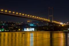 博斯普鲁斯海峡桥梁晚上 库存图片
