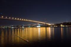博斯普鲁斯海峡桥梁晚上 免版税库存照片