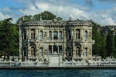 博斯普鲁斯海峡河的岸的洛可可式的议院在伊斯坦布尔, Tu 免版税库存图片