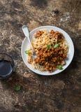 博洛涅塞意粉和杯在木背景,顶视图的红葡萄酒 在地中海样式的可口午餐 库存照片