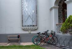 博物馆停放的自行车在利马 免版税库存图片