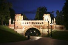 博物馆储备` Tsaritsyno `在晚上 图桥梁 莫斯科, 免版税库存图片