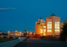 博物馆和河边区Miass的晚上视图 库存图片