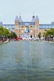 博物馆正方形的池塘。 免版税图库摄影