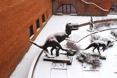博物馆的庭院有恐龙雕塑的  图库摄影