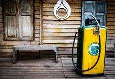 博物馆老加油站泵浦 葡萄酒燃料分配器,在加油站的室外老加油站 库存图片