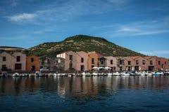 博萨,反射在河的撒丁岛五颜六色的房子  免版税库存照片