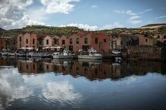 博萨,反射在河的撒丁岛五颜六色的房子  免版税图库摄影
