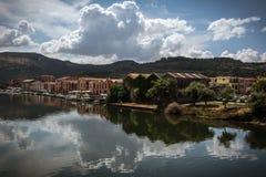 博萨,反射在河的撒丁岛五颜六色的房子  库存照片