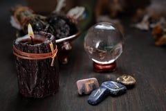 占卜和预言水晶球  从一个玻璃球的算命 库存图片