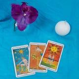 占卜用的纸牌、兰花和蜡烛 免版税库存图片