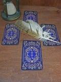 占卜用的纸牌与猫头鹰羽毛和滴漏的蓝色钥匙 库存图片