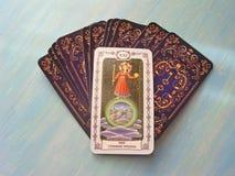 占卜用的纸牌中世纪关闭与俄国标题世界,蓝色木背景的宇宙塔罗牌甲板 图库摄影