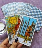 占卜用的纸牌占卜隐密魔术 免版税图库摄影