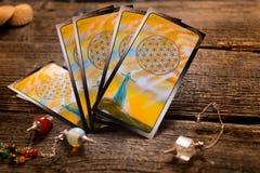 占卜用的纸牌和其他辅助部件 免版税库存图片