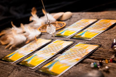 占卜用的纸牌和其他辅助部件 库存照片
