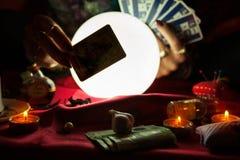 占卜用的纸牌和水晶球在它后 库存图片