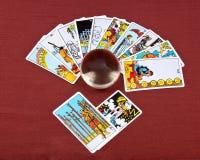 占卜用的纸牌和水晶碗 库存图片