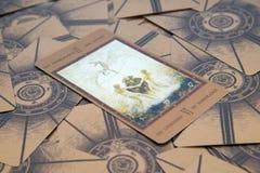 占卜用的纸牌恋人 Labirinth tarot甲板 神秘的背景 库存图片