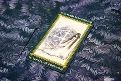 占卜用的纸牌抓阄转轮 Favole tarot甲板 神秘的背景 免版税图库摄影