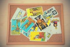 占卜用的纸牌的混合在黄柏板的在葡萄酒口气 免版税库存照片