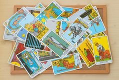 占卜用的纸牌的混合在黄柏板的 免版税库存图片