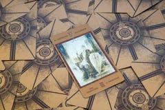 占卜用的纸牌皇帝 Labirinth tarot甲板 神秘的背景 库存图片