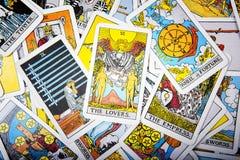 占卜用的纸牌神秘的背景 资深卡片恋人 免版税库存照片