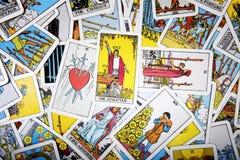 占卜用的纸牌神秘的背景 资深卡片魔术师 免版税图库摄影