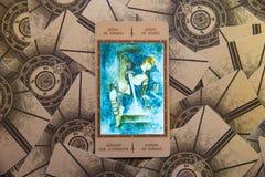 占卜用的纸牌锹Qeen  Labirinth tarot甲板 神秘的背景 库存照片