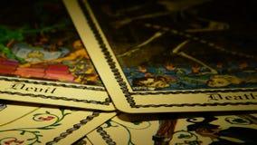 占卜用的纸牌,死亡和恶魔,自转的 股票视频