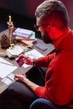 占卜者读书坐在桌上的oracle卡片顶视图  免版税库存图片