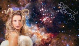 占星术和占星 白羊星座黄道带标志,星系背景的美女白羊星座 免版税库存图片